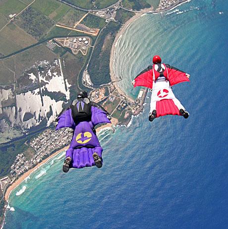 Melayang menggunakan wingsuit
