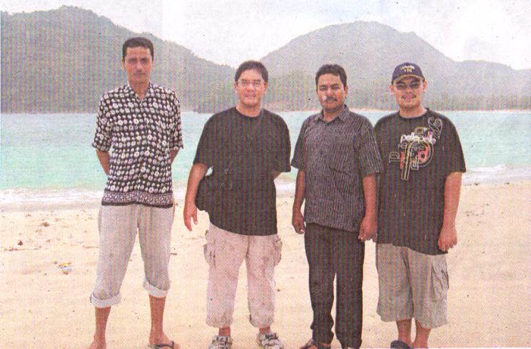 Om Syamsul - kedua dari kiri - berpose di dekat pantai di kawasan Aceh ketika berburu burung murai batu di habitat aselinya