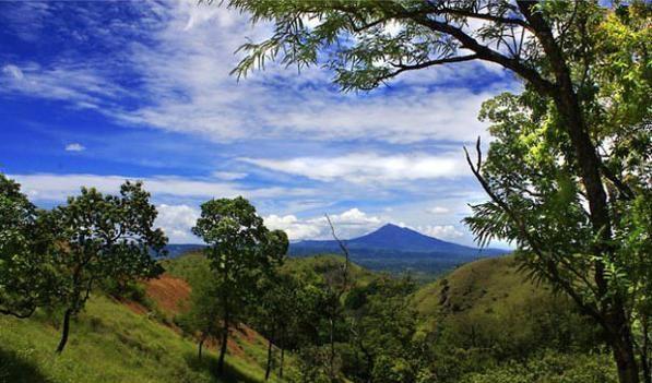 Pemandangan alam di Bukit Barisan, Kuta Malaka, Aceh Besar dengan latar belakang Gunung Seulawah.