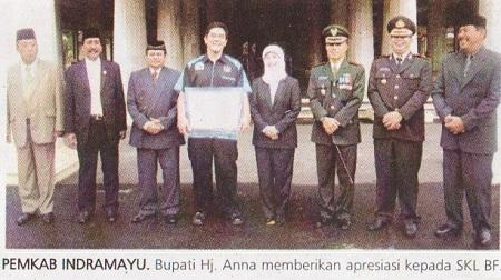 Sjamsul Saputro, keempat dari kiri, menerima penghargaan dari Pemkab Indramayu