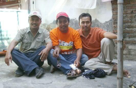 Om Kicau - paling kiri, dalam satu kesempatan ngumpul dengan Om Gombest dan Om Didik RRBF di area latihan burung Dewa 99 Sidoarjo