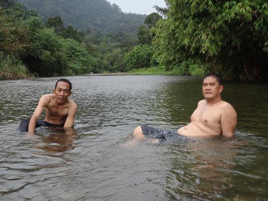 Numpang mandi di sungai Bohorok airnya yang jernih membuat badan jadi segar kembali