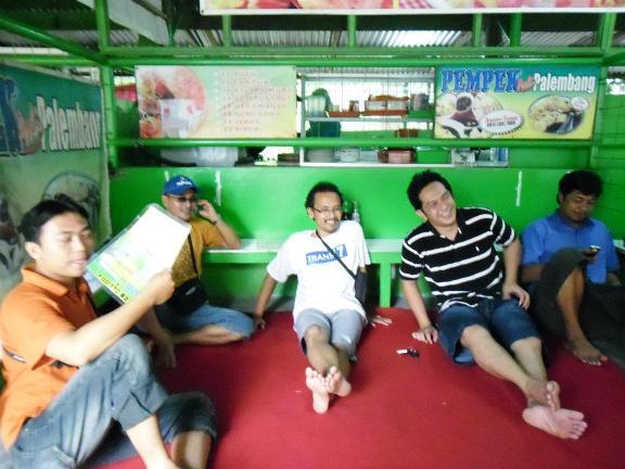 Om Rangga bersama Om Joko - Om Ige - Om Dwi - Om Wahyudi - mampir di sebuah warung di Manahan