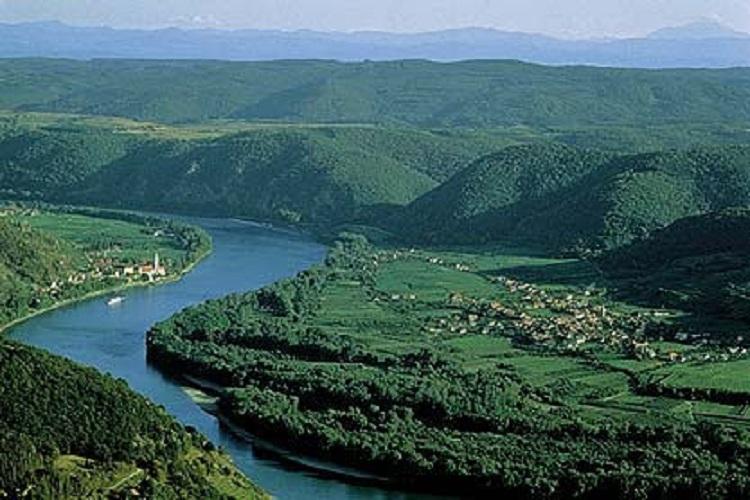 Alur Sungai Danube - tempat ditemukannya situs alat musik tertua yang terbuat dari tulang burung dan gading gajah purba