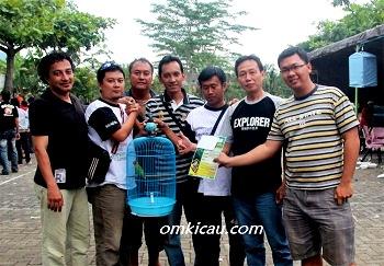 Kru H Fitri dan kru Pak Kanjeng seusai transfer lovebird Kraton