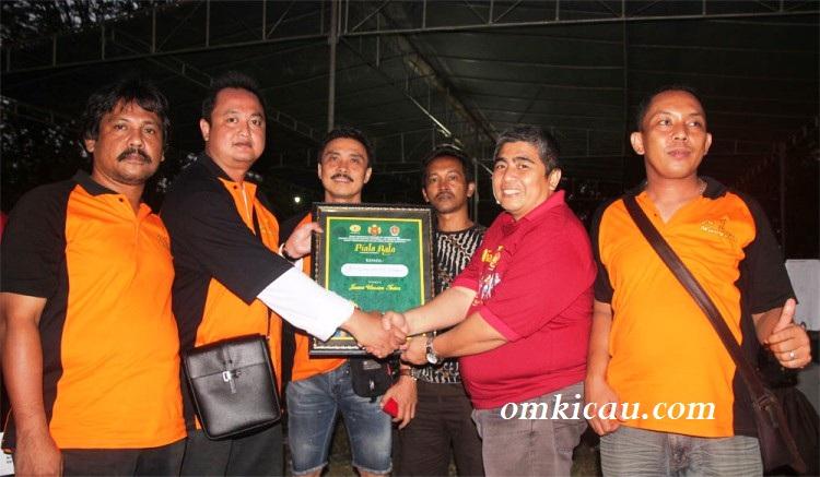 Juara umum BC - Andre SAS & Dr Mulyana terima penghargaan dr Mr Bagya
