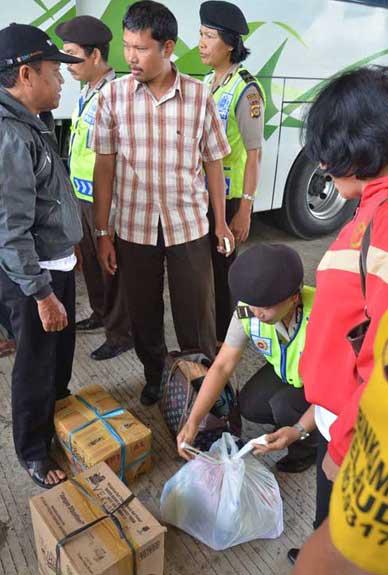 Pemeriksaan KTP dan barang bawaan di terminal Mengwi Badung