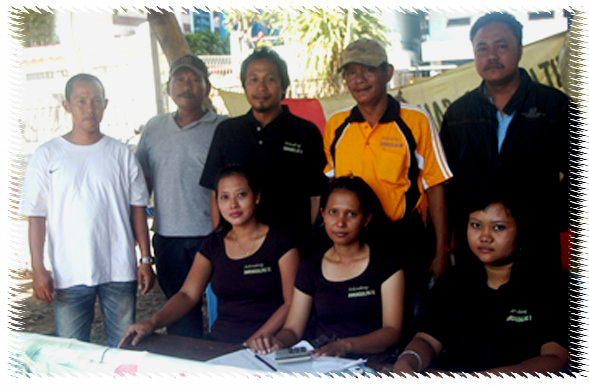 Hadi -kaos orange- bersama Tim Selendang Sawunggaling