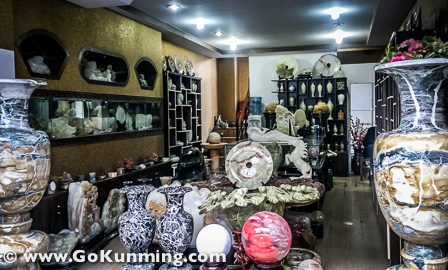 Ada juga toko penjual benda-benda dari keramik, batu marmer dll di Pasar Yuanbo