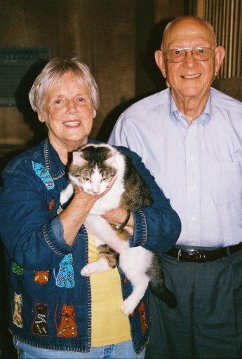 Kucing pertama dunia yang merupakan hasil kloning, CC, bersama pemiliknya Duane dan Shirley Kraemer