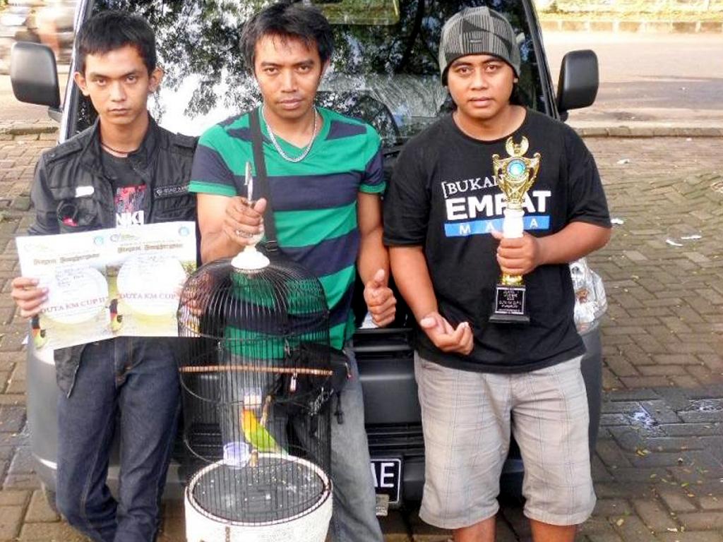 Eko dan Rizal: Sukses di kelas Lovebird Gold (foto: kicaumania.or.id)