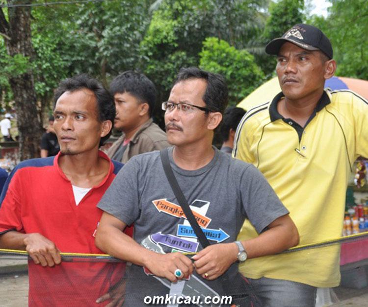 Syaiful, Johan, dan Wardok: Dukungan tiada henti (foto: Adry Riady)