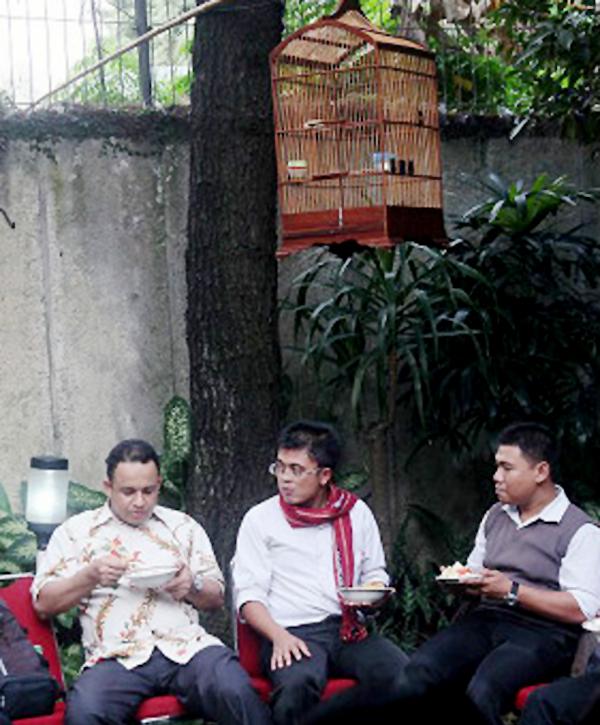 Anies Baswedan (kiri) bersama koleganya bersantai di rumah.