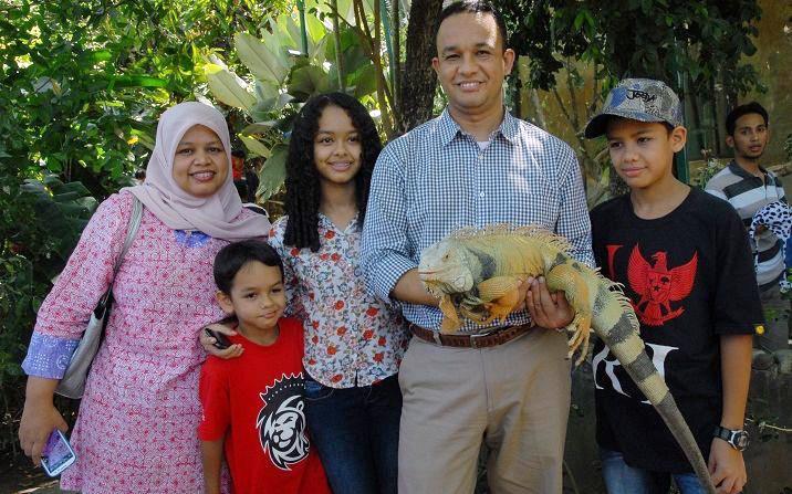 Anies Baswedan bersama anak dan istri di Gembira Loka Zoo Jogja.