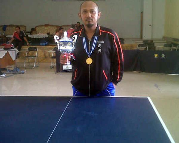 Om Didik ketika menjuarai turnamen tenis meja di Jambi.