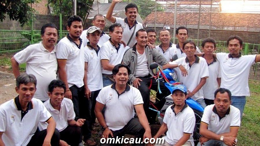 Pemenang hadiah motor, asal Cileduk Tangerang, bersama Panitia Taman Radja.