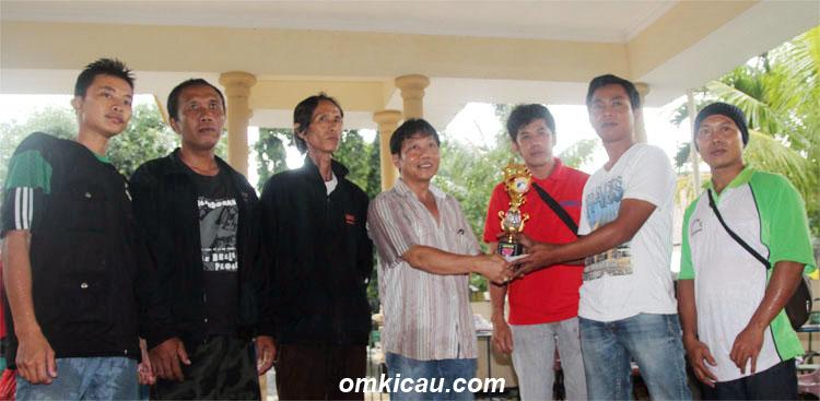 Herman Mandiri SF menerima penghargaan dari Ketua Panitia, Wisnu Pandu.