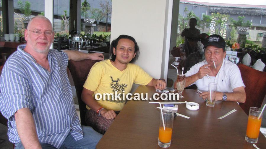 Om Sutan (tengah) ketika dijamu breeder lovebird di Belanda.
