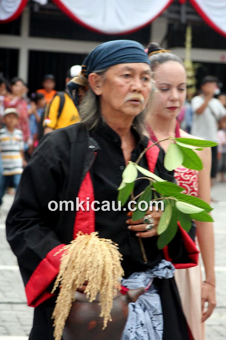 Mbah Suprapto memimpin ritual tari pembuka.