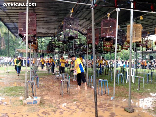 Meski hujan deras, dan lapangan berkubang, peserta tetap penuh.