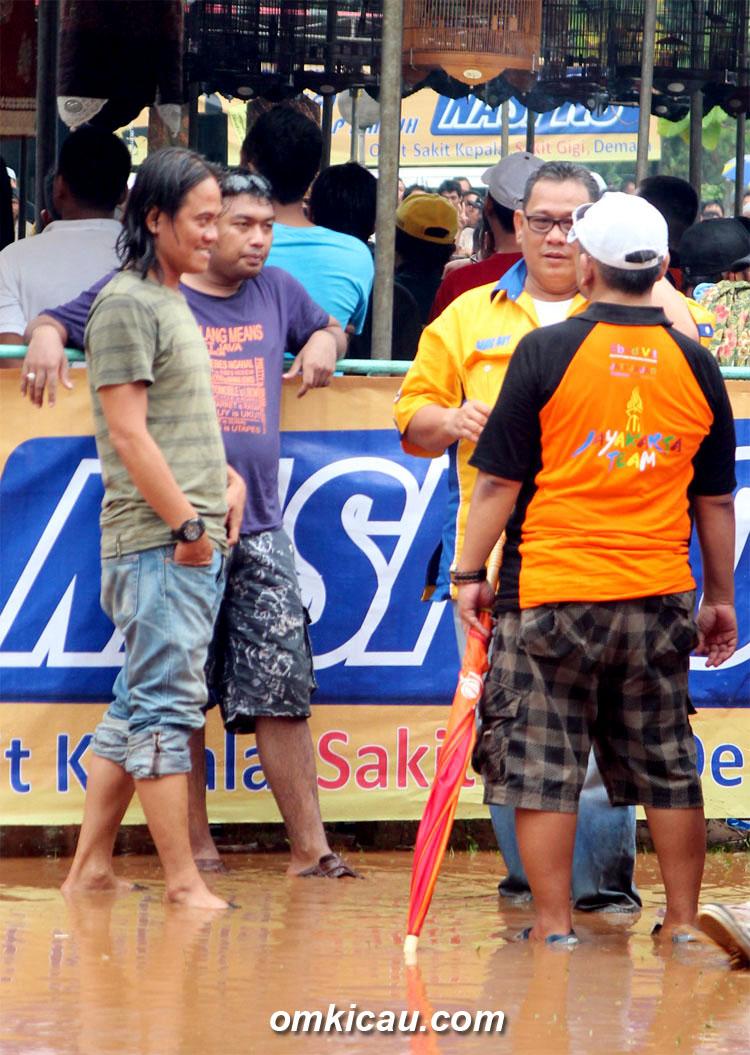 Bang Boy menyapa peserta di atas genangan air pada even BnR Award di Cibubur (3/3)