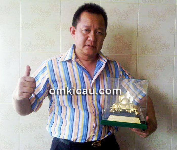 Mr Yayang dan trofi kemenangan Ratu Jagad.