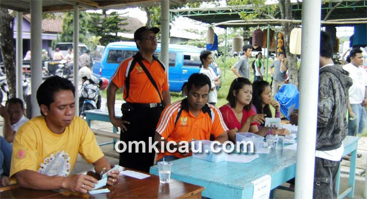 Panitia Pancalaras sedang melayani peserta.