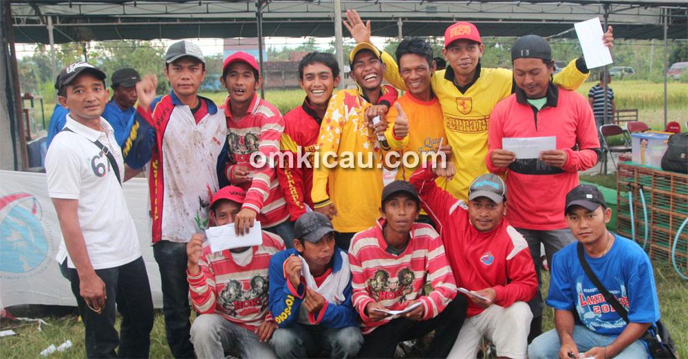 Para juara menerima piala dan hadiah.