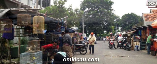 Pedagang omprokan masih berjualan di pinggir jalan.