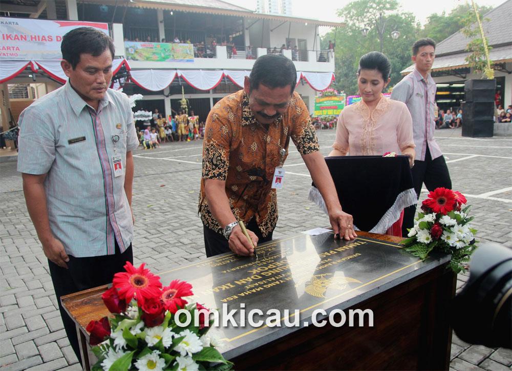 Wali Kota Solo FX Hadi Rudyatmo menandatangani prasasti peresmian Taman Pasar Burung Depok.