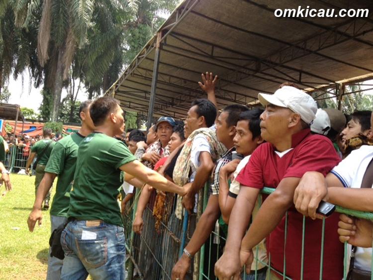 Petugas keamanan menenangkan para peserta yang berteriak-teriak.