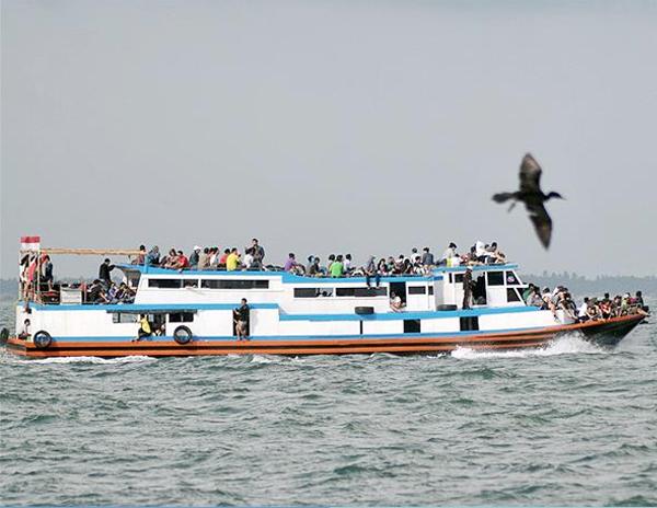 Kapal angkutan antarpulau melintas di perairan Pulau Rambut, Kepulauan Seribu. Kapal ini merupakan sarana transportasi massal antarpulau di Kepulauan Seribu. (foto:Antara/Zabur Karuru)