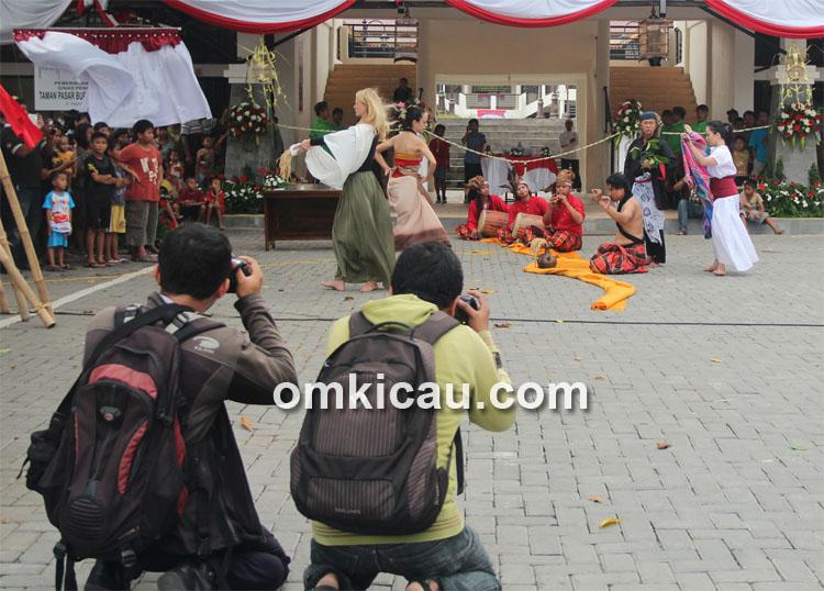 Tari pembuka bertajuk Umbul Donga Pasar Depok.