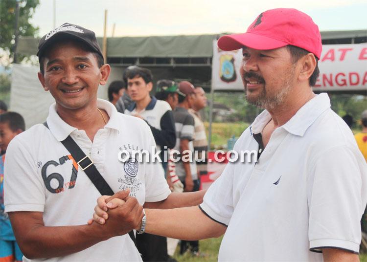 Kiki Hoki (kanan) memberikan ucapan selamat kepada Samsulhuda atas kesuksesan pelaksanaan lomba.