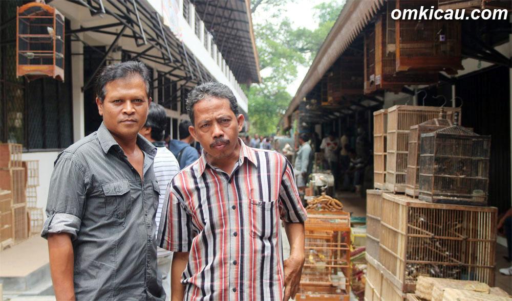 Ketua IKPS Solo Suwarjono dan Mardi di depan deretan kios.