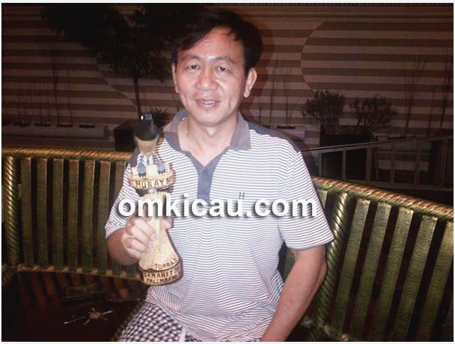 Yongka bersama trofi kemenangan MB Panglima di Musi Palembang 2013. (Foto : Kelana Lana)