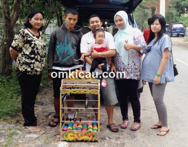 Deny Veriawan (gendong ana) bersama keluarga, usai berlomba di IKPBS.