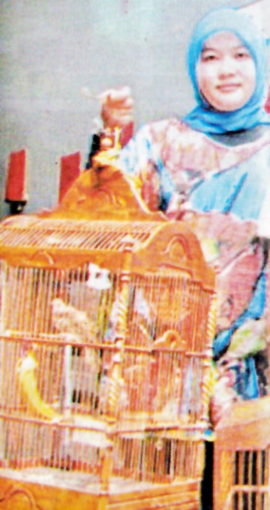 Ibu Andri: Menguasai penangkaran cucakrowo, jalak bali, dan lovebird. (Foto : Agrobur)