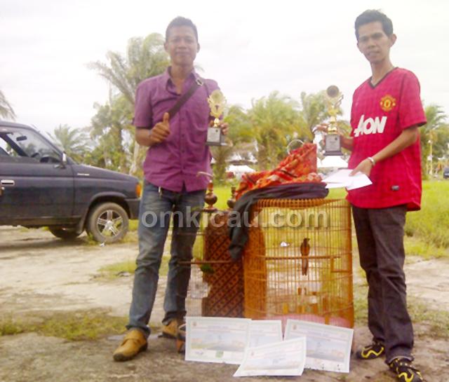 Sugeng (kiri) dan Joel usai mengawal Laser di Samudra Cup, Muara Sabak. (Foto: Kelana Lana)