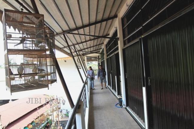 SEPI: Suasana lantai II Taman Pasar Burung Depok yang sunyi-sepi. (Foto: Solo Pos)