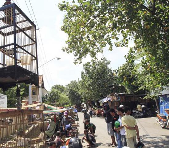 Suasana transaksi jual-beli di sekitar PB Depok, Solo. Sejumlah pedagang nekat berjualan di pinggir jalan. (Foto: Solo Pos)