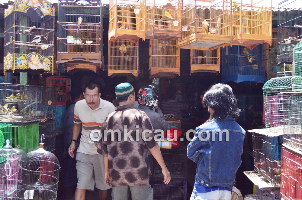 Pedagang asal Jawa dan Makassar berbaur dengan rukun. (Foto: Om Pay)