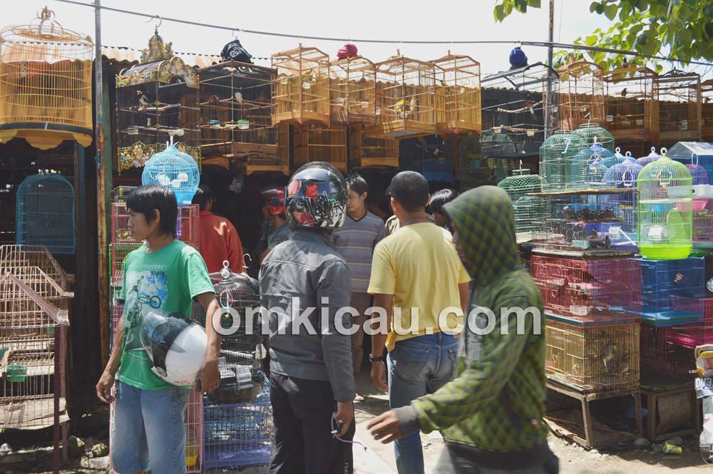 Suasana Pasar Hobby Toddopuli Makassar. (Foto: Om Pay)