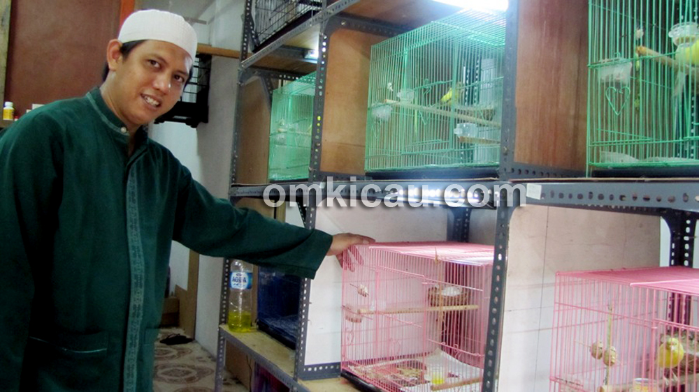 Ponco (Salihara Bird Farm) bersama produk kenari pilihan.