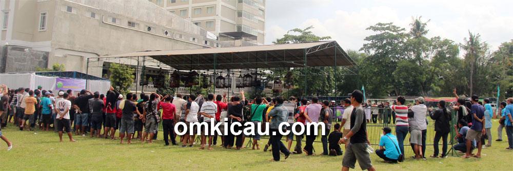 Menyengat: Lomba digelar di tengah lapangan sepakbola MMTC.