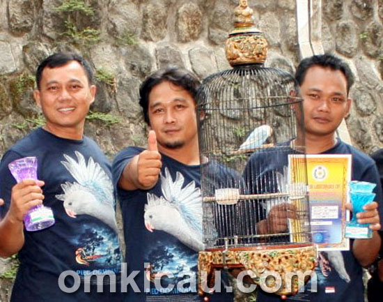 Anto 999 (kiri) bersama kru dan lovebird Elang Biru.