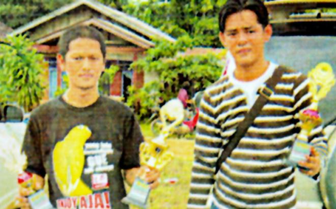 Fredy (kiri) dengan dua piala, didampingi sahabatnya, Rico.