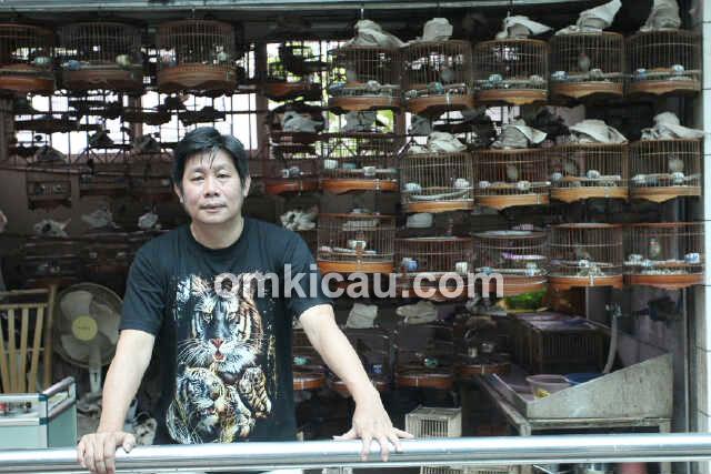 Om Herry ketika mengunjungi Pasar Burung Guangzou, China.
