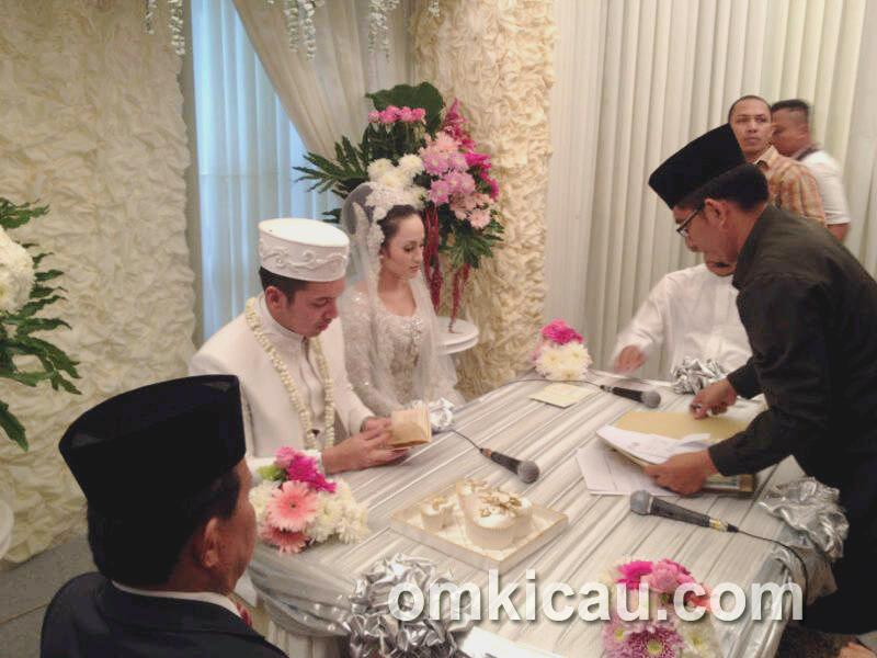 Mempelai pria membacakan surat nikah.
