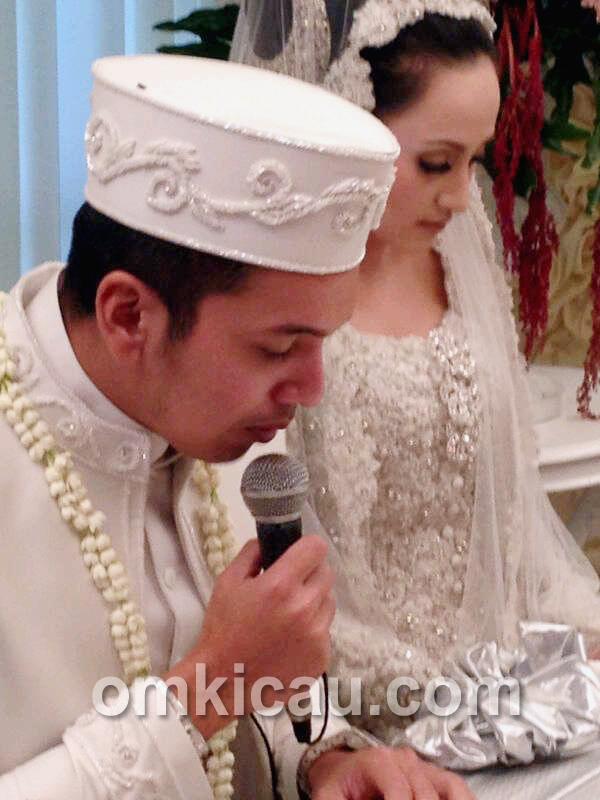 Khadafi mengucapkan akad nikah.